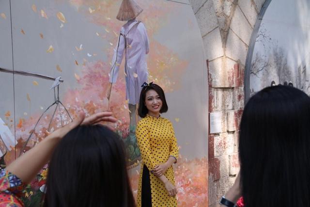 Có tổng cộng 17 vòm cầu được các nghệ sĩ Việt - Hàn thực hiện các tác phẩm hội họa, tạo ra một không gian kết nối các giá trị di sản, nghệ thuật và cộng đồng. Những bức tranh bích họa về bách hóa tổng hợp, những người phụ nữ gánh hàng rong, tàu điện leng keng, ông đồ cho chữ… trên các vòm cầu gợi nhắc ký ức một thời của Hà Nội.