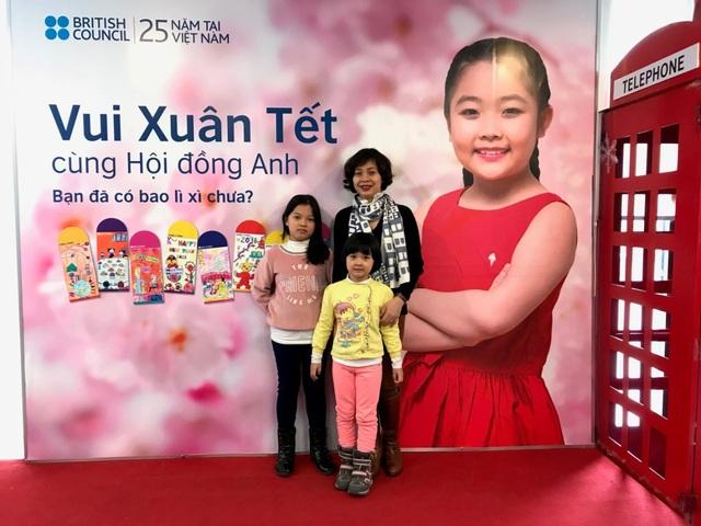 3 mẹ con chị Hương chụp tại Hội đồng Anh Hà Nội.