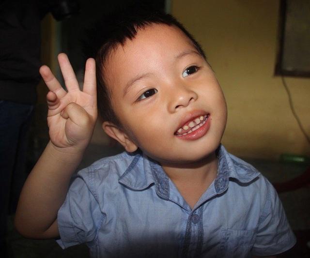 Cháu Lê Thanh Tâm, 3 tuổi đã biết đọc chữ.