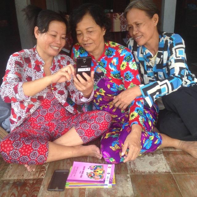 Ba phụ nữ tại Vĩnh Long sử dụng điện thoại thông minh để học các kỹ năng làm kinh doanh nhỏ với hỗ trợ từ USAID thông qua Dự án Sức sống Mê Kông mở rộng