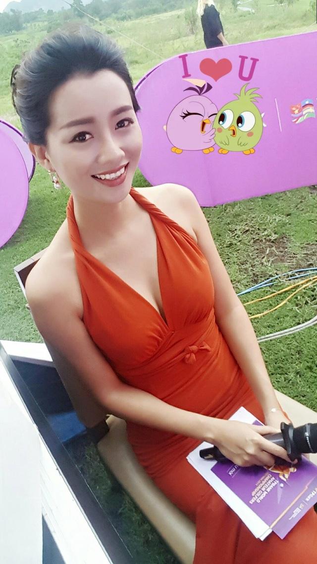 Cô thử sức với nhiều phong cách khác nhau và luôn làm mới bản thân để người hâm mộ không nhàm chán. Quỳnh Chi sinh năm 1986, tốt nghiệp Học viên Ngoại giao chuyên ngành Luật. Cô bén duyên với nghề MC cách đây hơn 10 năm.
