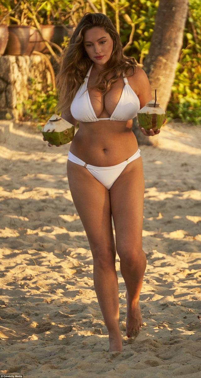 Siêu mẫu Kelly Brook sải bước trên bãi biển ở Thái Lan ngày 8/3 vừa qua