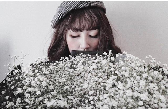 Á hậu Tú Anh chia sẻ hình ảnh món quà của mình với bó hoa cực kỳ to và lãng mạn
