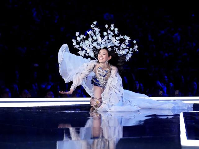 Người mẫu Ming Xi trượt ngã trong show trình diễn của Victoria's Secret Fashion Show 2017 tổ chức ở Thượng Hải, Trung Quốc.