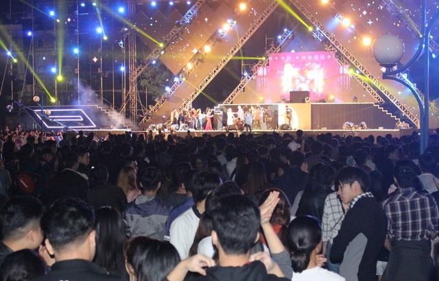 Biển người vây kín sân khấu lễ hội đếm ngược tại Quảng trường 2/9 - Đà Nẵng