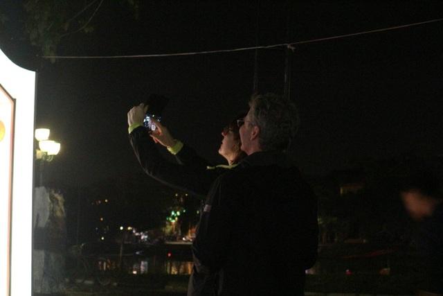 Một cặp đôi chụp ảnh cùng nhau ghi lại thời khắc giao thừa đầy ý nghĩa tại phố cổ Hội An