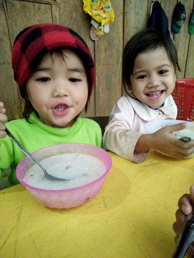 Bữa trưa của các cháu tại điểm trường với món cháo trong tiết trời lạnh giá.