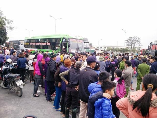 Hàng trăm người vây quanh không cho các xe qua lại.