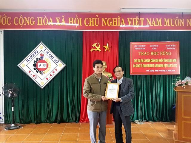 Ông Nguyễn Thùy (bên phải) – Phó Giám đốc Sở LĐ-TB&XH tỉnh Quảng Nam, đại điện Quỹ Bảo trợ trẻ em tỉnh Quảng Nam trao chứng nhận Tấm lòng vàng đến nhà tài trợ