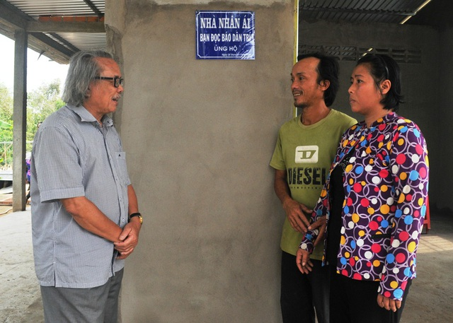 Nhà báo Phan Huy chúc mừng vợ chồng anh Cường và mong từ nay vợ chồng anh Cường chung tay xây dựng tổ ấp ngày tốt đẹp hơn