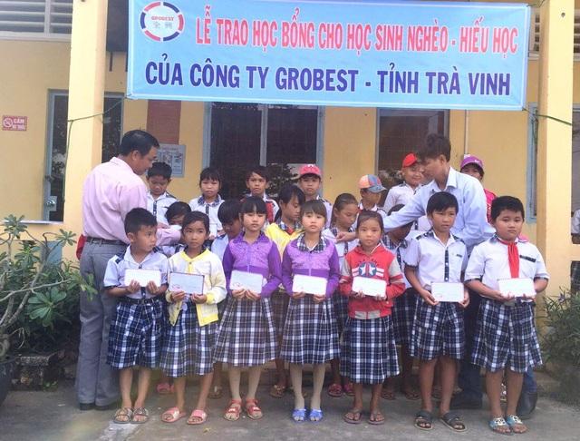Các học sinh trường tiểu học Long Hòa nhận học bổng Công ty Grobest Việt Nam
