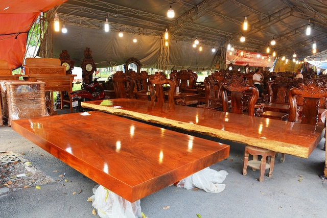 Nhiều chiếc sập gỗ gõ đỏ có giá trên dưới nửa tỷ đồng cũng đang được chào bán.