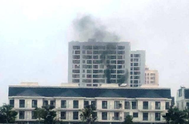 Khói đen ngùn ngụt từ vụ cháy tại tầng 8 chung cư trên đường Nguyễn Duy Trinh, quận 2, TPHCM chiều 1/4.