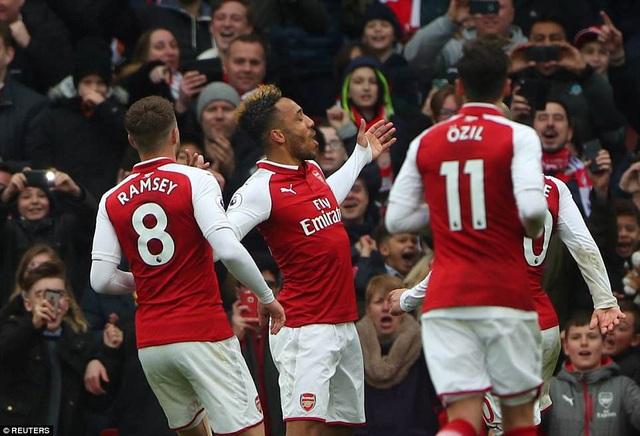 Aubameyang (giữa) có cú đúp đầu tiên kể từ khi khoác áo Arsenal