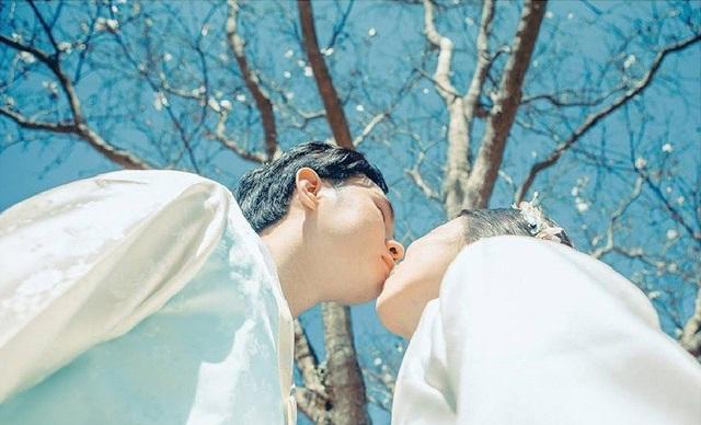 """Sau bao nhiêu sóng gió cặp đôi vẫn cùng nhau vượt qua và tính đến nay vừa tròn 7 năm gắn bó. Để kỷ niệm tình yêu đẹp này cặp đôi đã quyết định chụp bộ ảnh theo ý tưởng phim """"Mây họa ánh trăng"""", một bộ phim cổ trang rất nổi tiếng của Hàn Quốc."""