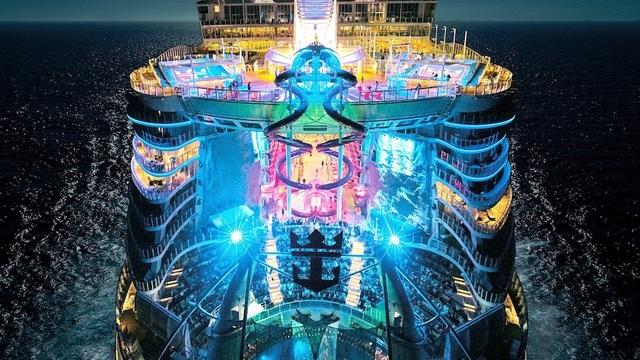 Siêu du thuyền Symphony of the Seas long lanh ánh đèn về đêm. (Nguồn: CJ)