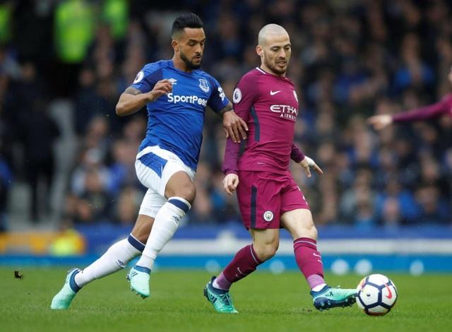 Walcott (trái) tranh bóng với Silva, hai đội chơi nhanh sau tiếng còi khai cuộc