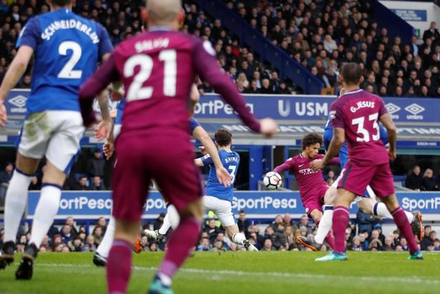 Ngay phút thứ 4, lưới của Everton rung lên sau pha dứt điểm gọn gàng của Sane