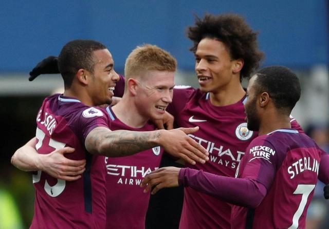 Các cầu thủ Man City ăn mừng bàn thắng mở tỉ số sớm