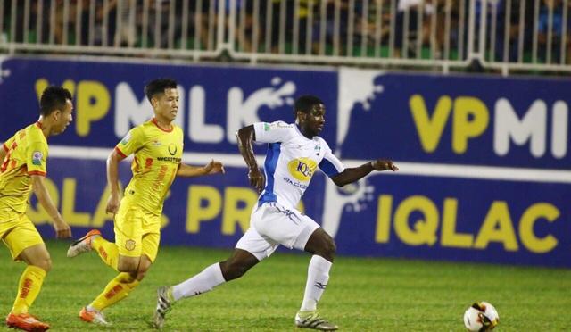 Ngoại binh Rimario có 2 đường chuyền quyết định cho đồng đội ghi bàn