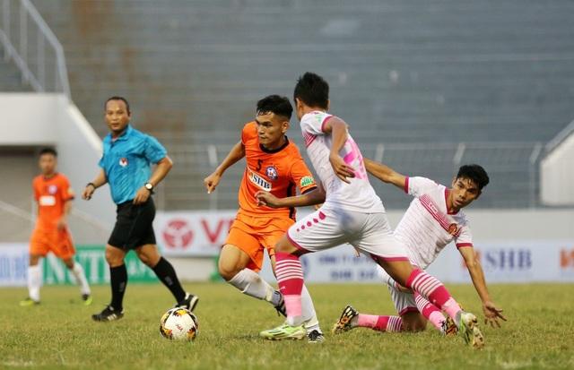 Các cầu thủ Sài Gòn FC (trắng) chơi đầy quyết liệt trước chủ nhà SHB Đà Nẵng.