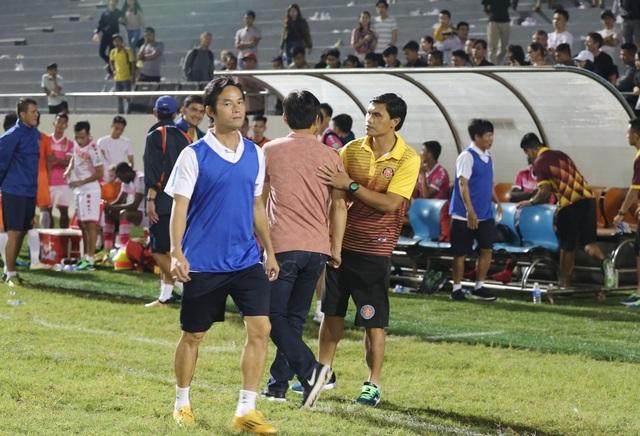 Tài Em (phải) bắt tay chúc mừng đồng đội một thời Minh Phương sau trận đấu.