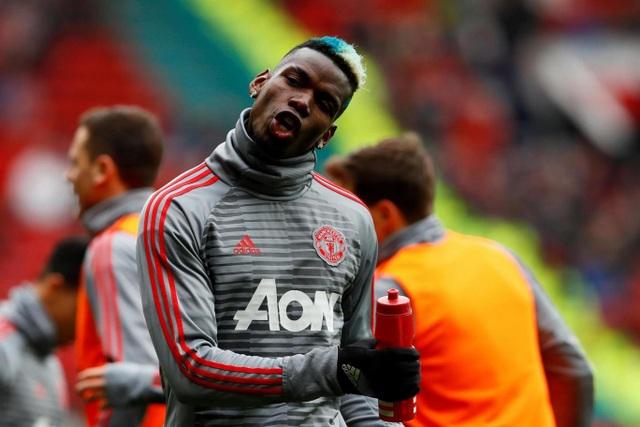 Paul Pogba điệu đà lúc khởi động. Tiền vệ người Pháp đã trở lại đội hình xuất phát của MU