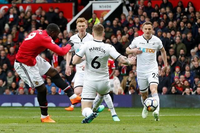 Lukaku mở tỉ số trận đấu ở ngay phút thứ 5 với một cú sút đập chân Mawson