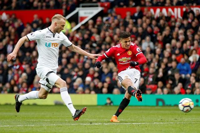 Sanchez cũng có bàn thắng thứ hai ở Premier League cho MU khi anh ghi bàn ở phút 20