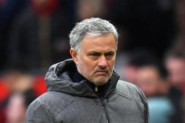 Mourinho vẫn đầy vẻ không hài lòng khi bước vào giờ nghỉ giải lao