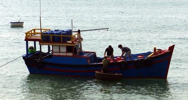 Mỗi chuyến khai thác ruốc các thuyền có từ 3-4 lao động, khai thác từ 11 giờ đêm đến 5 giờ sáng hôm sau.