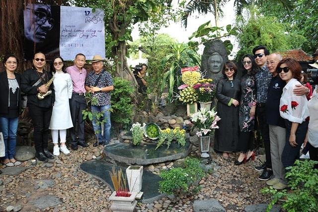 Không chỉ tại nhà, gia đình người thân và những khán giả thân thuộc cũng đến thắp nhang tại mộ nhạc sĩ Trịnh Công Sơn ở nghĩa trang Gò Dưa, Thủ Đức, TPHCM.
