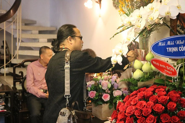 Nhạc sĩ saxophone Trần Mạnh Tuấn đến thắp nhang cho nhạc sĩ Trịnh Công Sơn tại nhà tưởng niệm.