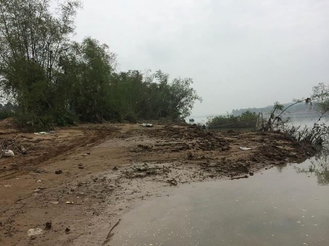 Nạn cát tặc khiến bờ sông sạt lở, nhiều diện tích đất nông nghiệp của người dân bị cuốn trôi