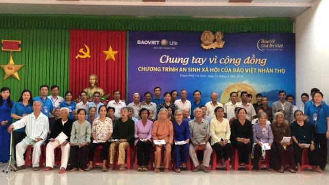 Bảo Việt Nhân Thọ tặng quà cho các gia đình chính sách và có công với cách mạng.