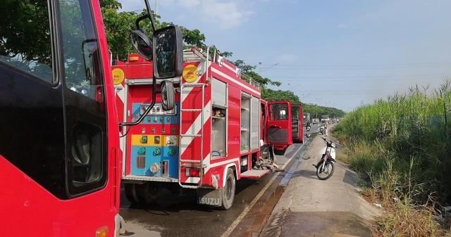 Hàng chục cảnh sát PCCC của huyện Nhà Bè và quận 7 được huy động đến chữa lửa