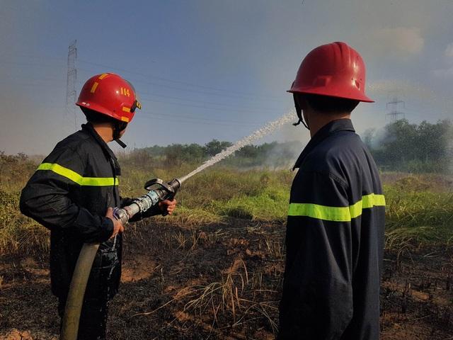 """Cháy bãi cỏ, đường dây điện 500kv khu vực Nam Sài Gòn bị """"uy hiếp"""" - 3"""