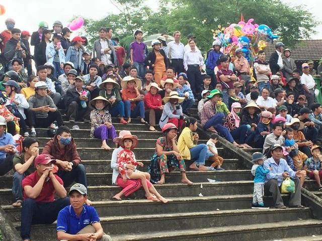 Rất đông khán giả cổ vũ cho các đội đua