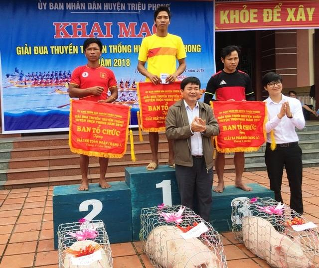 Ban tổ chức trao giải cho các đội thắng cuộc