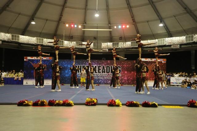 Cheerleading là bộ môn kết hợp giữa nhảy và thể dục, có độ khó cao và yêu cầu sự phối hợp nhịp nhàng của toàn đội.