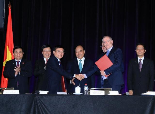 ThS. Lương Minh Sâm - Phó Hiệu trưởng ĐH Đông Á và ngài Nicholas Hunt - Giám đốc điều hành William Angliss Institute ký kết hợp tác.