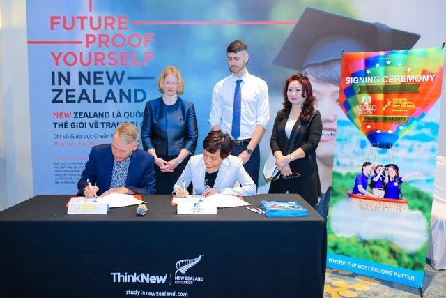 """Phát biểu tại sự kiện, đại sứ Wendy Matthews (ngoài cùng bên trái) cho biết: """"Lễ ký kết là sự kiện đặc biệt đánh dấu hợp tác giáo dục ngày càng chặt chẽ giữa Việt Nam và New Zealand""""."""