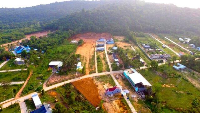 Hàng loạt khu đất nông nghiệp bị xẻ thịt, đấu nối giao thông tràn lan.