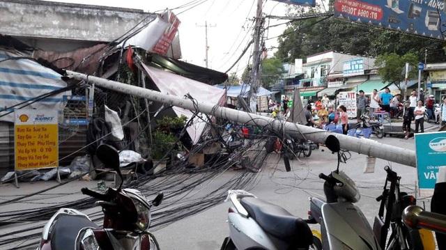 Theo người dân thì thời điểm phát hiện trụ điện nghiêng rồi gãy ngã, tại khu vực không có giông gió.