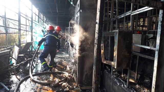 Lực lượng chức năng đang khống chế đám cháy tránh lây lan sang những khu vực khác