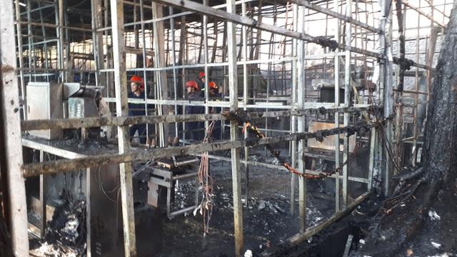 Ngọn lửa đã thiêu rụi toàn bộ khu sản xuất sâm khoảng 2000m2 và nhiều thiết bị máy móc