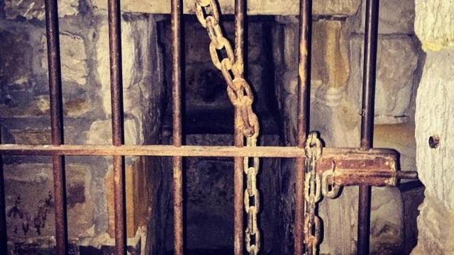Song sắt dẫn tới đường hầm quán rượu