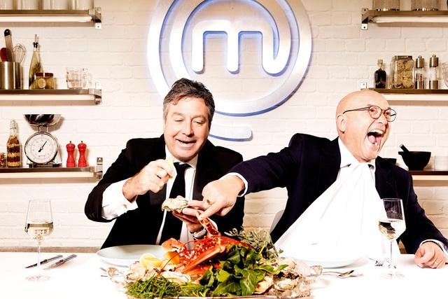 """Hai giám khảo - John Torode (trái) và Gregg Wallace (phải) - của cuộc thi """"MasterChef"""" (Anh)"""