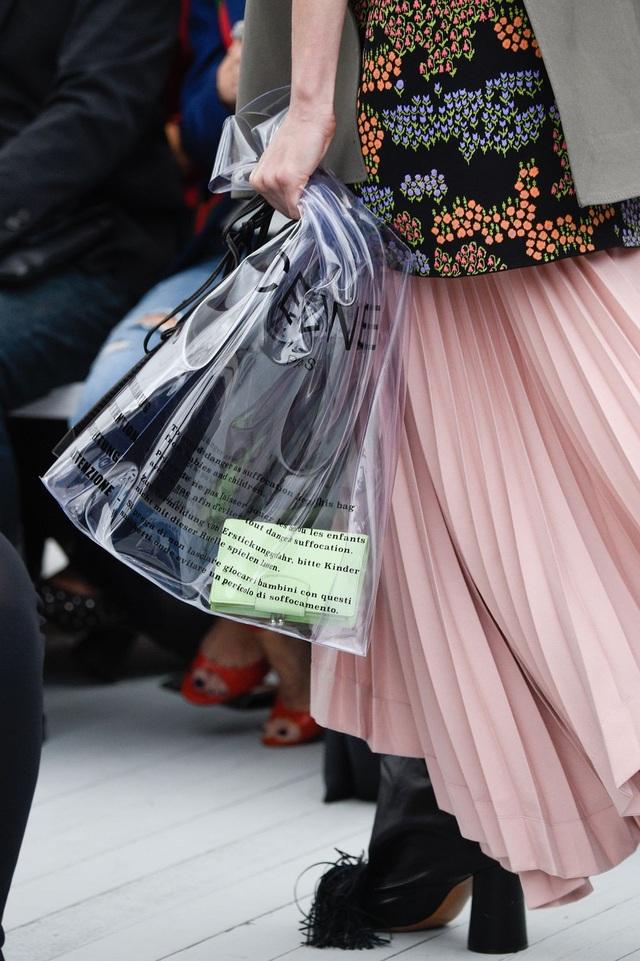 Vải nhựa và vải latex vốn được xem là một chất liệu mới lạ và cá tính trong địa hạt thời trang. Nhiều nhà mốt đã từng tung ra những thiết kế thực hiện trên chất liệu vải nhựa. Chẳng hạn một nhà mốt của Pháp mới đây đã cho ra mắt mẫu túi xách trong suốt như… túi nilon với giá tương đương 13,6 triệu đồng/chiếc.