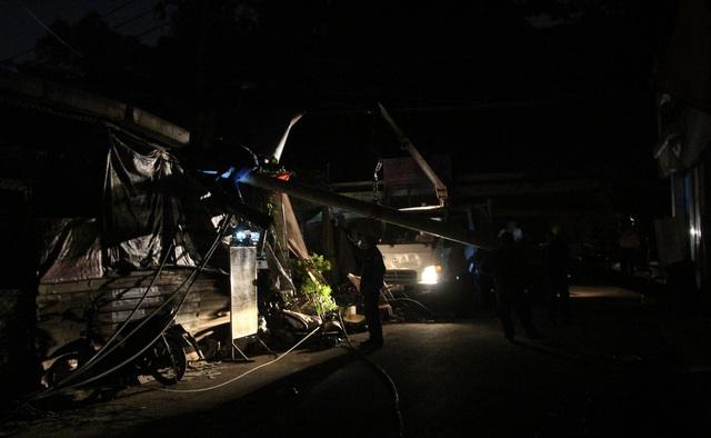 Nhiều nhân viên điện lực Thủ Thiêm được huy động cùng thiết bị, máy móc đến hiện trường khẩn trương xử lý sự cố.